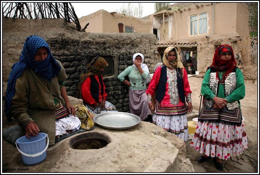 زن کرمانج شمال خراسان در حال پخت نان در روستای سرانی شیروان